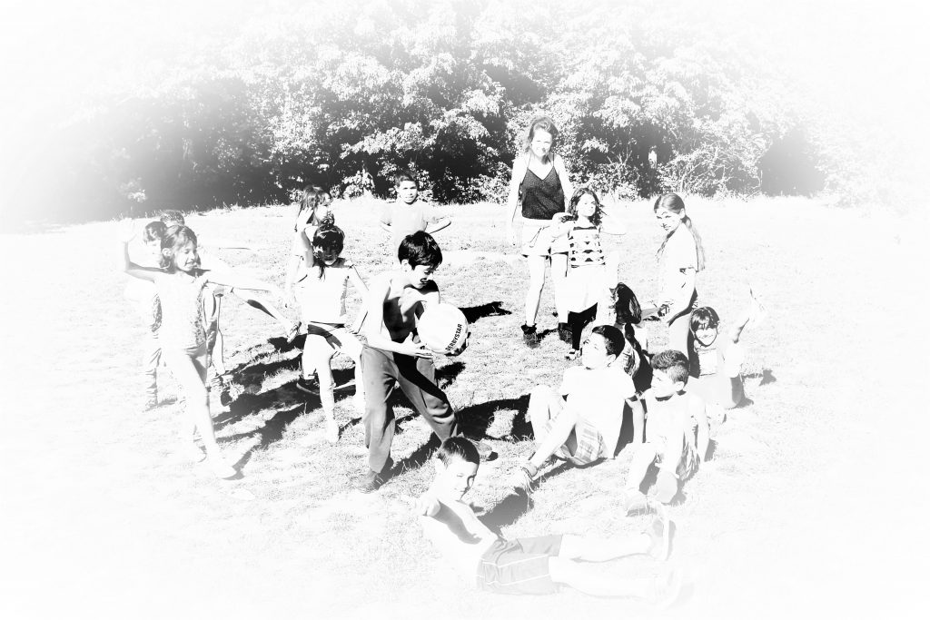 Eine Kindergruppe spielt im Freien.